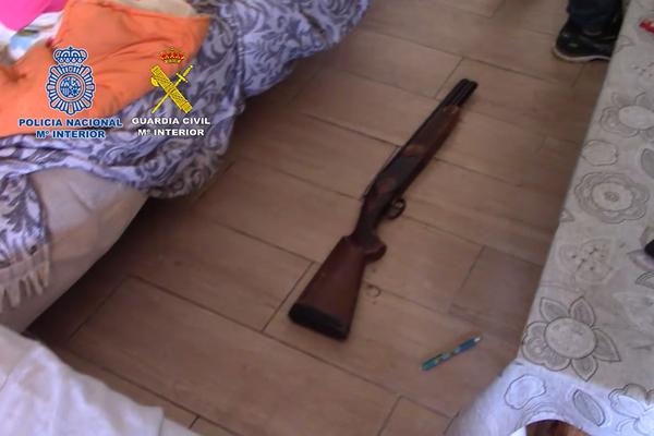 Armas de fuego incautadas durante la redada policial - Sputnik Mundo