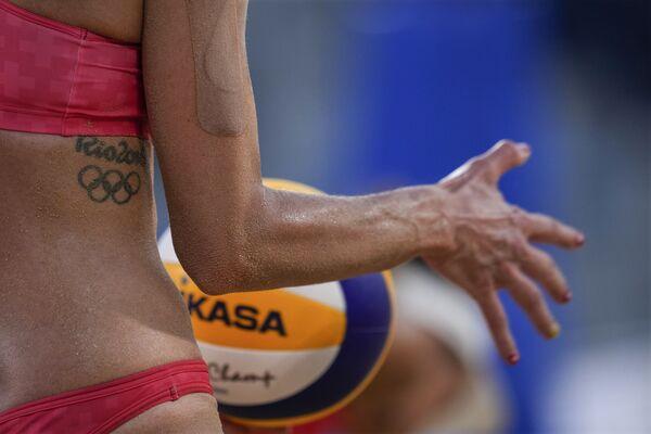Joana Heidrich (Suiza) se prepara para servir durante un partido de voleibol de playa contra Alemania. - Sputnik Mundo