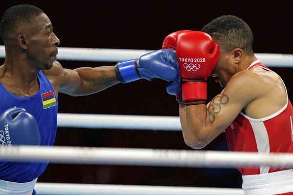 Combate entre Abdelhaq Nadir (Marruecos, en la foto a la derecha) y Louis Richarno Colin (Mauricio), compitiendo en la categoría de peso hasta 63 kg. - Sputnik Mundo