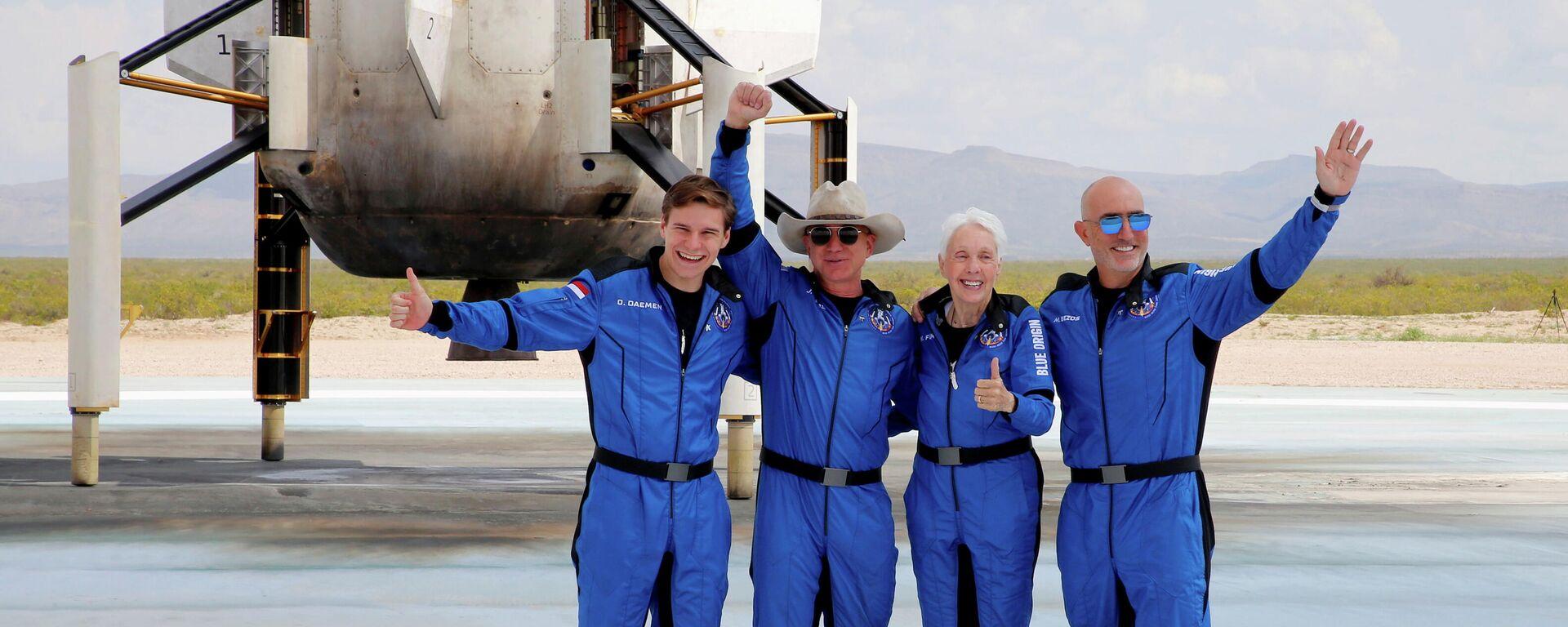 Multimillonario Jeff Bezos (2ndo de izqrda) con sus compañeros del viaje espacial - Sputnik Mundo, 1920, 28.07.2021