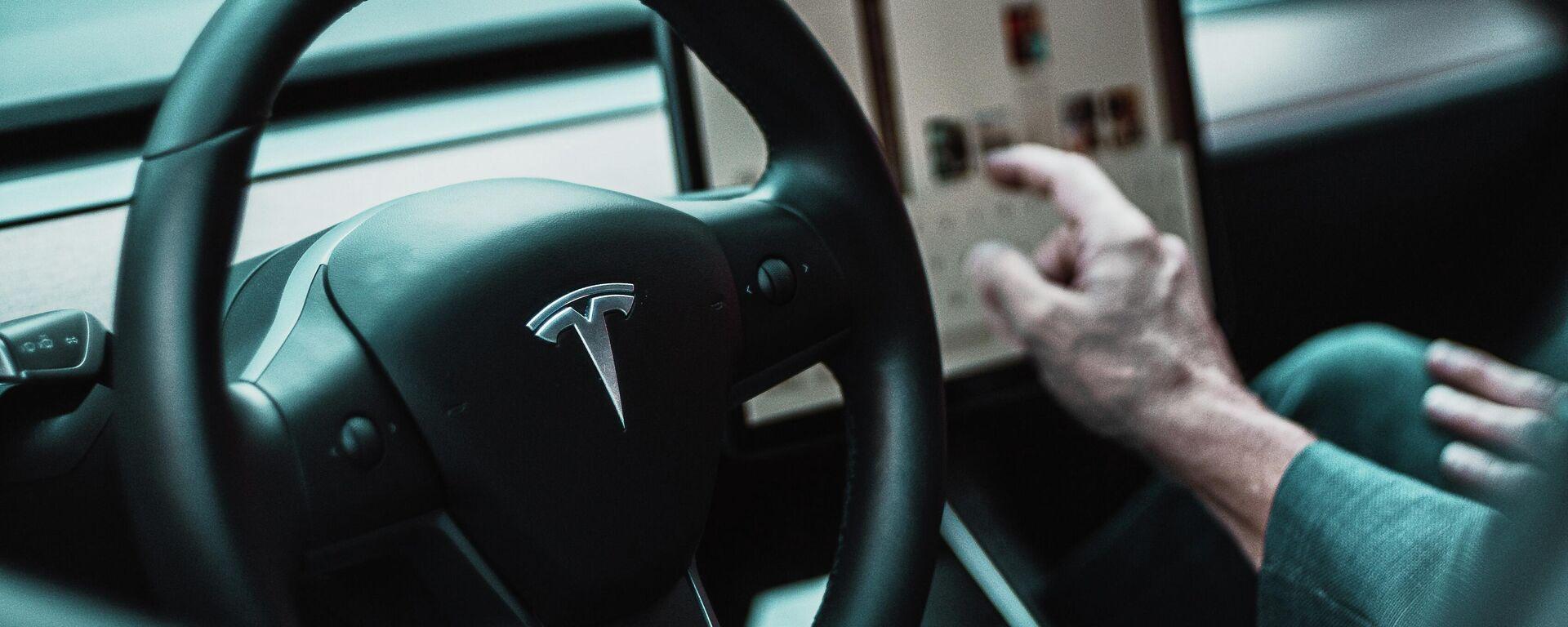 El interior de un automóvil de Tesla - Sputnik Mundo, 1920, 28.07.2021