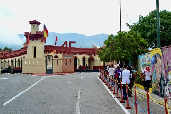Personas ingresan al Cuartel de la Montaña para visitar a Hugo Chávez en su lugar de reposo - Sputnik Mundo