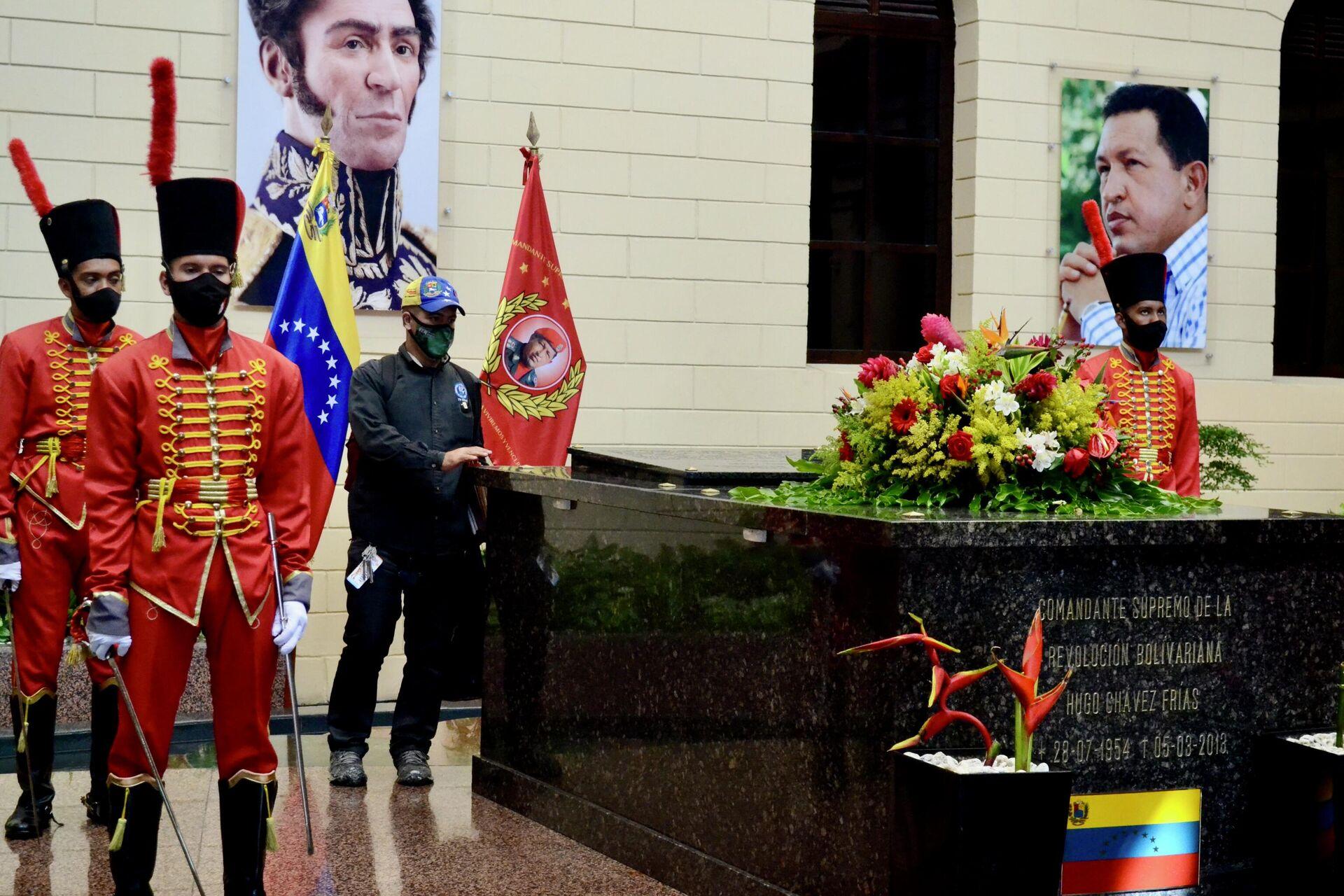 David Méndez apoya su mano sobre el mármol que cubre los restos mortales de Hugo Chávez - Sputnik Mundo, 1920, 29.07.2021