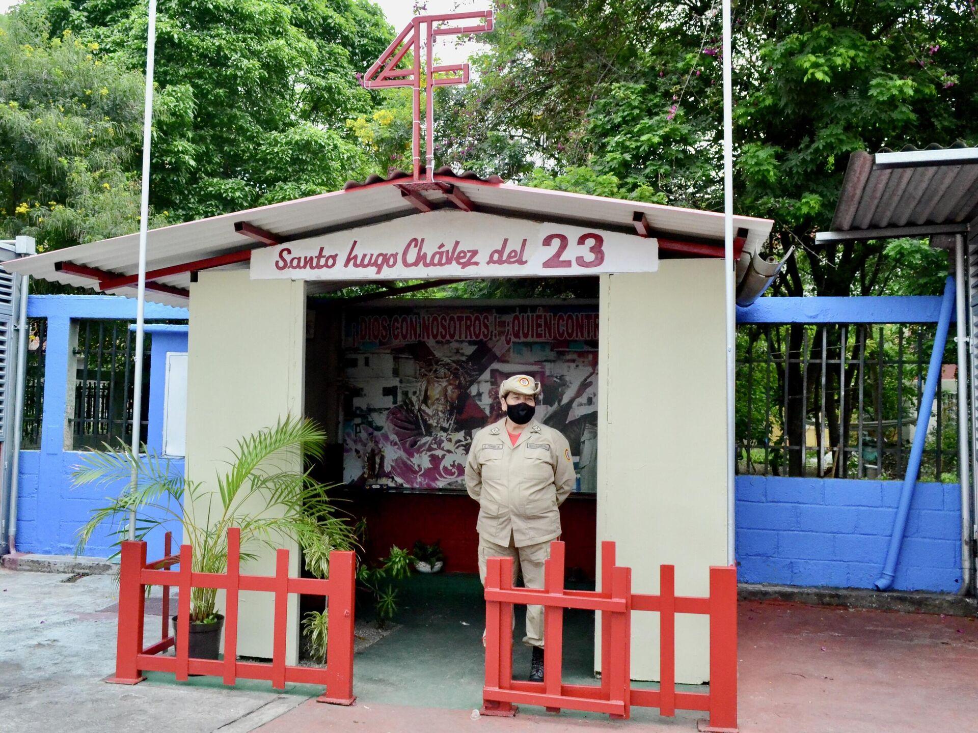 """Elizabeth Torres custodia la capilla """"Santo Hugo Chávez del 23"""", frente al Cuartel de la Montaña - Sputnik Mundo, 1920, 29.07.2021"""
