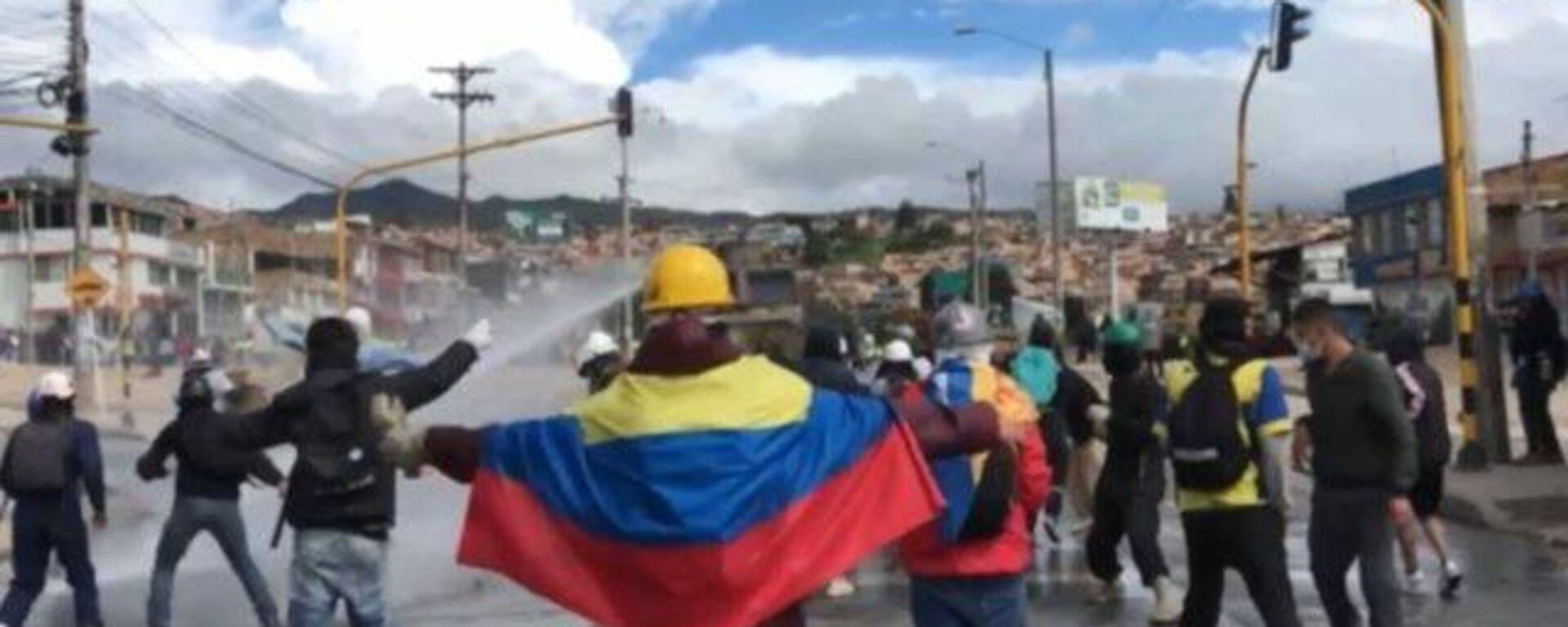 Los manifestantes se enfrentan con la Policía en Bogotá - Sputnik Mundo, 1920, 29.07.2021