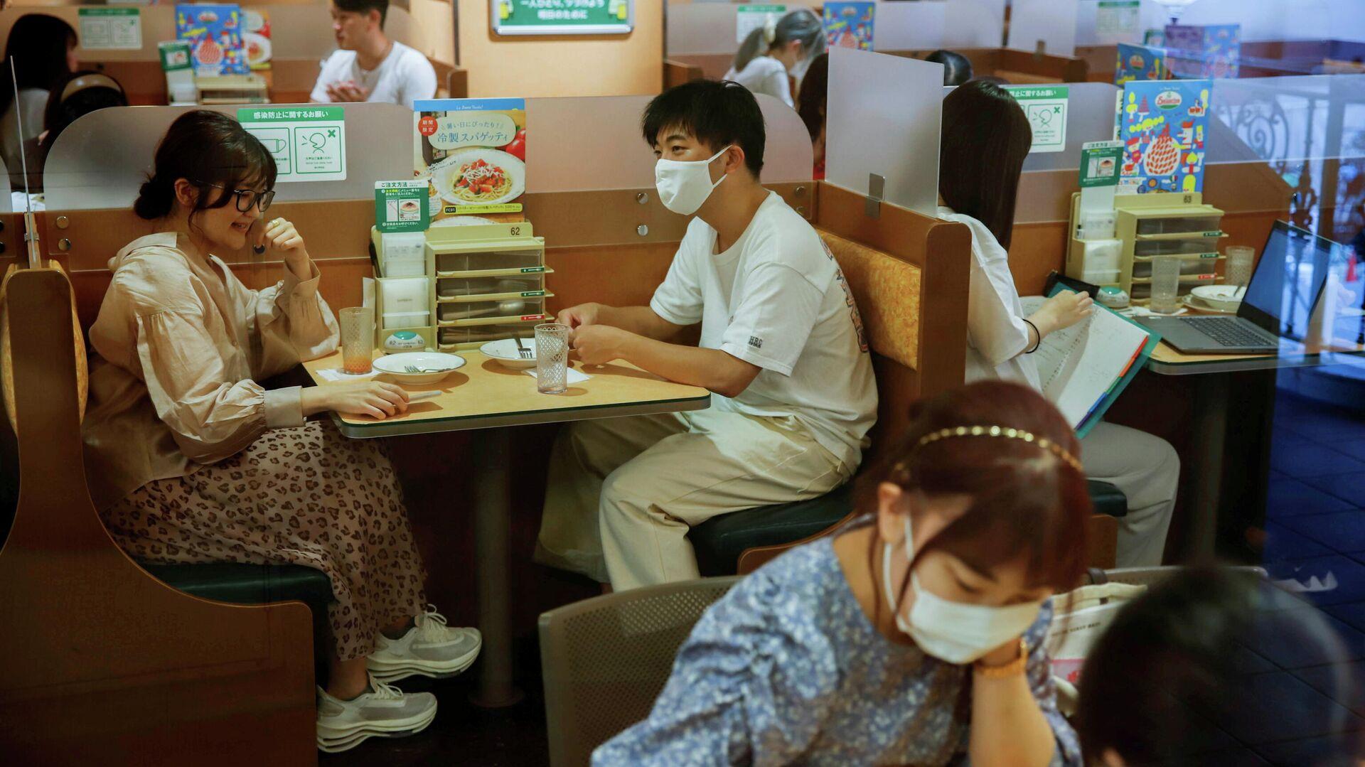 Gente con mascarillas en un restaurante en Tokio - Sputnik Mundo, 1920, 30.07.2021