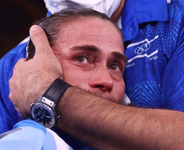Oksana Chusovitina de Uzbekistán recibe el abrazo del fisioterapeuta Orabi Bader después de una actuación en la competencia de gimnasia artística. - Sputnik Mundo