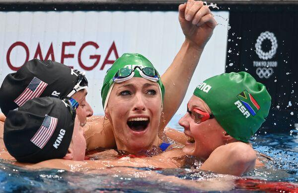 De izquierda a derecha: Lilly King (EEUU), Annie Lazor (EEUU), Tatjana Schoenmaker (Sudáfrica) y Kaylene Corbett (Sudáfrica) se abrazan tras la final de 200 metros braza femenina. - Sputnik Mundo