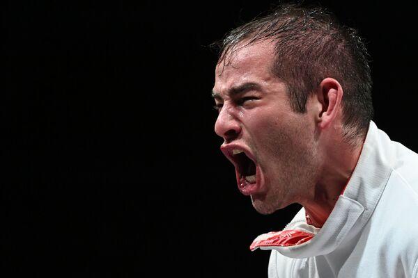 El atleta ruso Serguéi Bida celebra la victoria en los cuartos de final durante el evento de esgrima por equipos masculinos con espada. - Sputnik Mundo