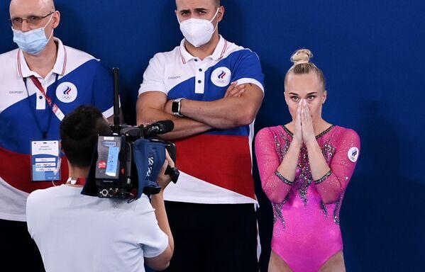 La rusa Angelina Melnikova espera el resultado de su actuación de piso en la gimnasia artística individual femenina. - Sputnik Mundo