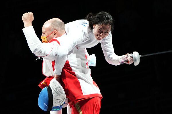 Sun Yiwen es cargada por un miembro de la comisión técnica del equipo chino de esgrima tras ganar el oro en el evento individual femenina con espada. - Sputnik Mundo