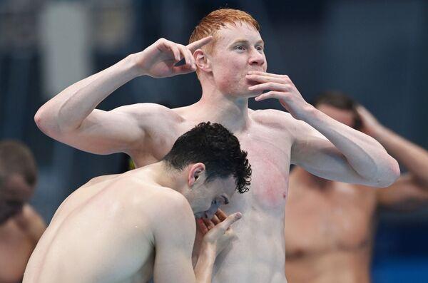 Los atletas británicos Tom Dean y Matthew Richards celebran la victoria de su equipo en el relevo 4 x 200 m estilo libre. - Sputnik Mundo