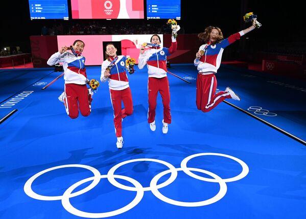 Las atletas rusas Adelina Zagidullina, Marta Martyanova, Inna Deriglazova y Larisa Korobeynikova celebran su oro olímpico en el campeonato de esgrima con florete por equipos. - Sputnik Mundo