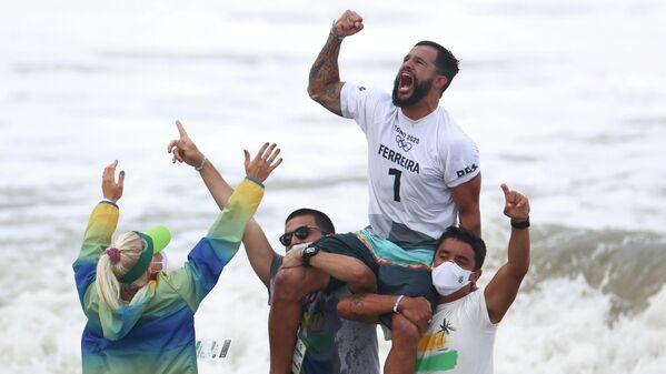 Italo Ferreira, de Brasil, celebra la conquista del oro en el primer torneo de surf en la historia de los Juegos Olímpicos. - Sputnik Mundo