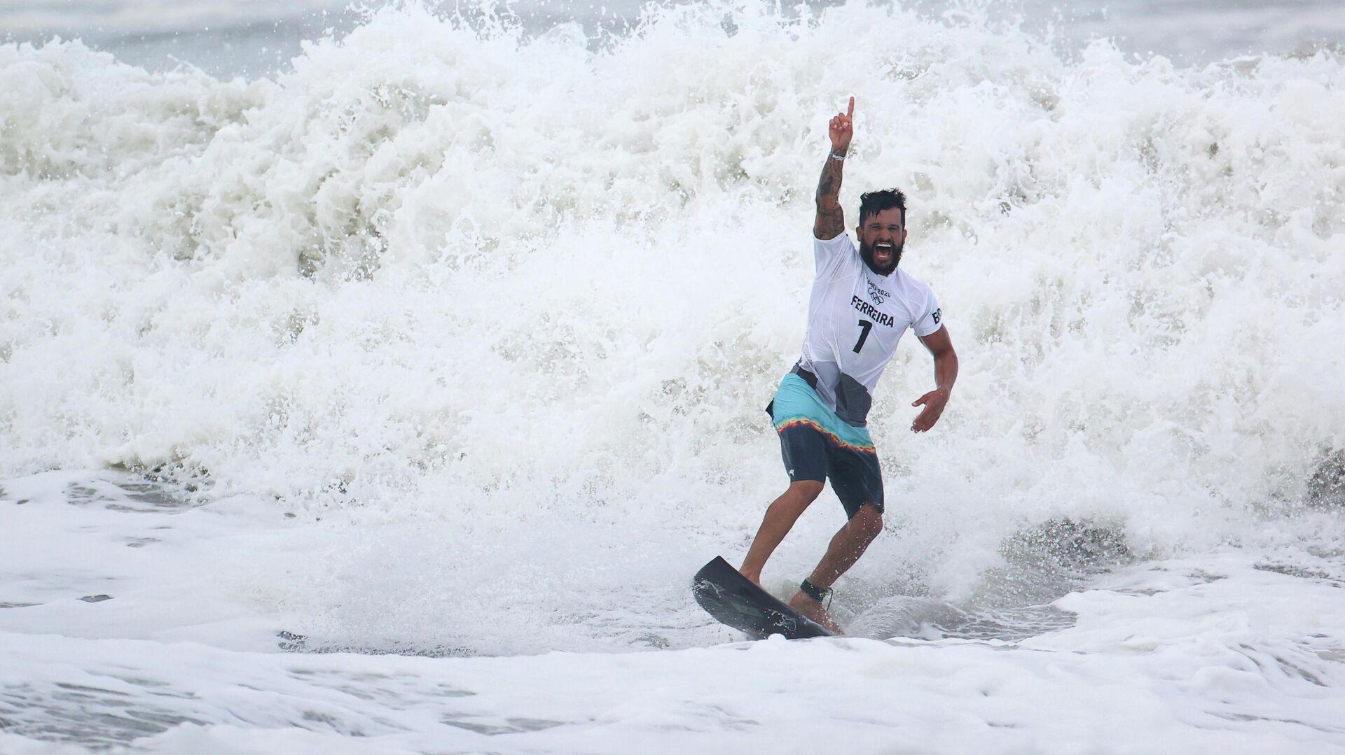 Italo Ferreira, de Brasil, celebra la conquista del oro en el primer torneo de surf en la historia de los Juegos Olímpicos. - Sputnik Mundo, 1920, 30.07.2021