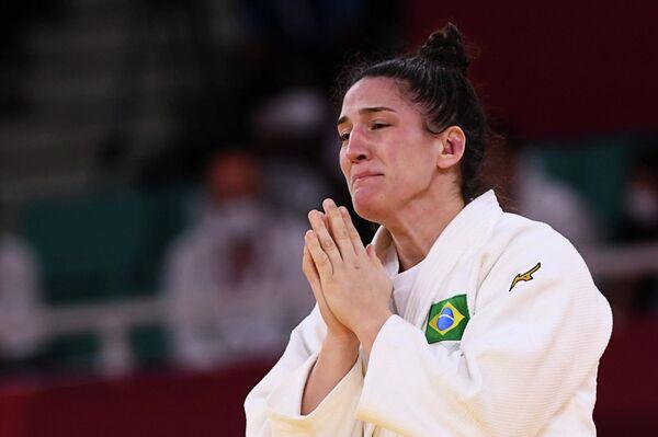 La brasileña Mayra Aguiar llora al conquistar la tercera medalla olímpica de su carrera - Sputnik Mundo