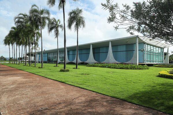 Desde su inauguración, el 30 de junio de 1958, el Palacio de la Alvorada es la residencia oficial del presidente de Brasil. Ubicada en la capital, Brasilia, la obra de 7.000 metros cuadrados fue proyectada por el célebre arquitecto brasileño Oscar Niemeyer. - Sputnik Mundo