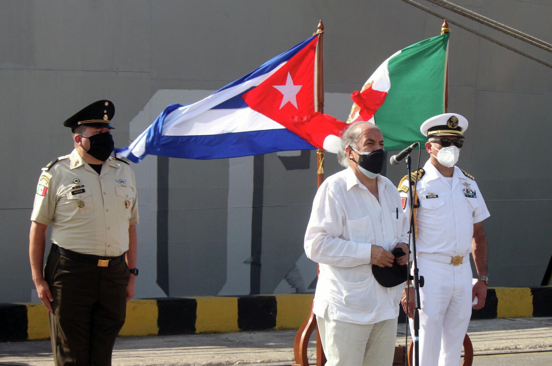 El embajador de México en Cuba, Miguel Díaz Reinoso, durante el recibimiento del buque Libertador, con ayuda humanitaria para Cuba - Sputnik Mundo, 1920, 31.07.2021