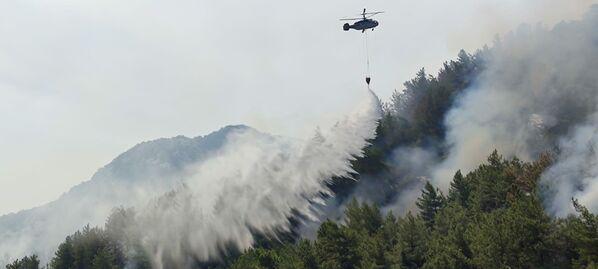 El presidente de Turquía, Recep Tayyip Erdogan, declaró a las regiones afectadas en el sur del país zona de desastre. En la foto: un helicóptero de bomberos lanza agua durante la operación de extinción de un incendio forestal. - Sputnik Mundo