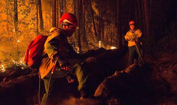Los incendios llegaron hasta la región de Yakutia, ubicada en el norte de Rusia. En la foto: los guardabosques rusos trabajan en la extinción de los incendios forestales. - Sputnik Mundo