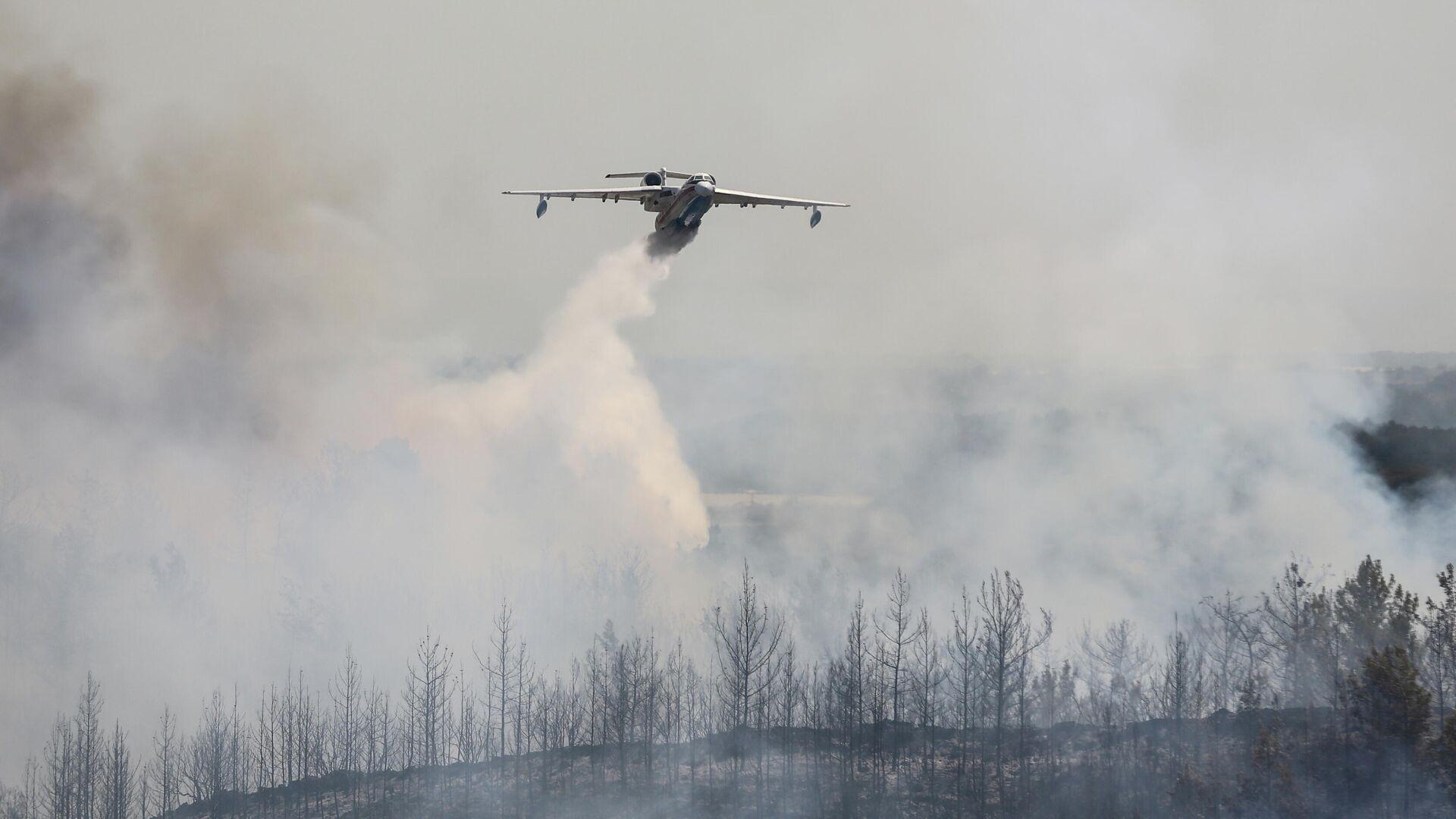 Un avión de bomberos arroja agua sobre un incendio forestal cerca de la ciudad de Manavgat, al este de la ciudad turística de Antalya, Turquía, el 31 de julio de 2021 - Sputnik Mundo, 1920, 01.08.2021