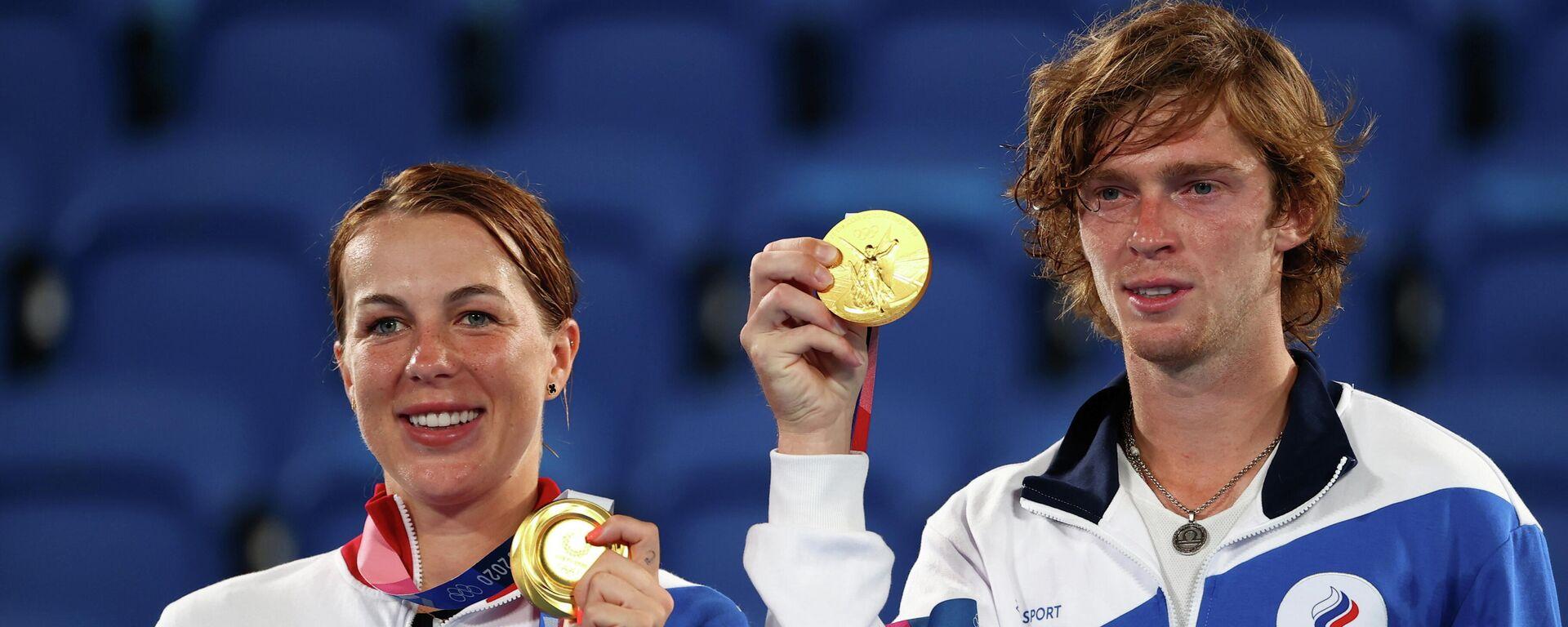 Los tenistas rusos Anastasia Pavlyuchenkova y Andrey Rublev con sus medallas de oro  - Sputnik Mundo, 1920, 01.08.2021