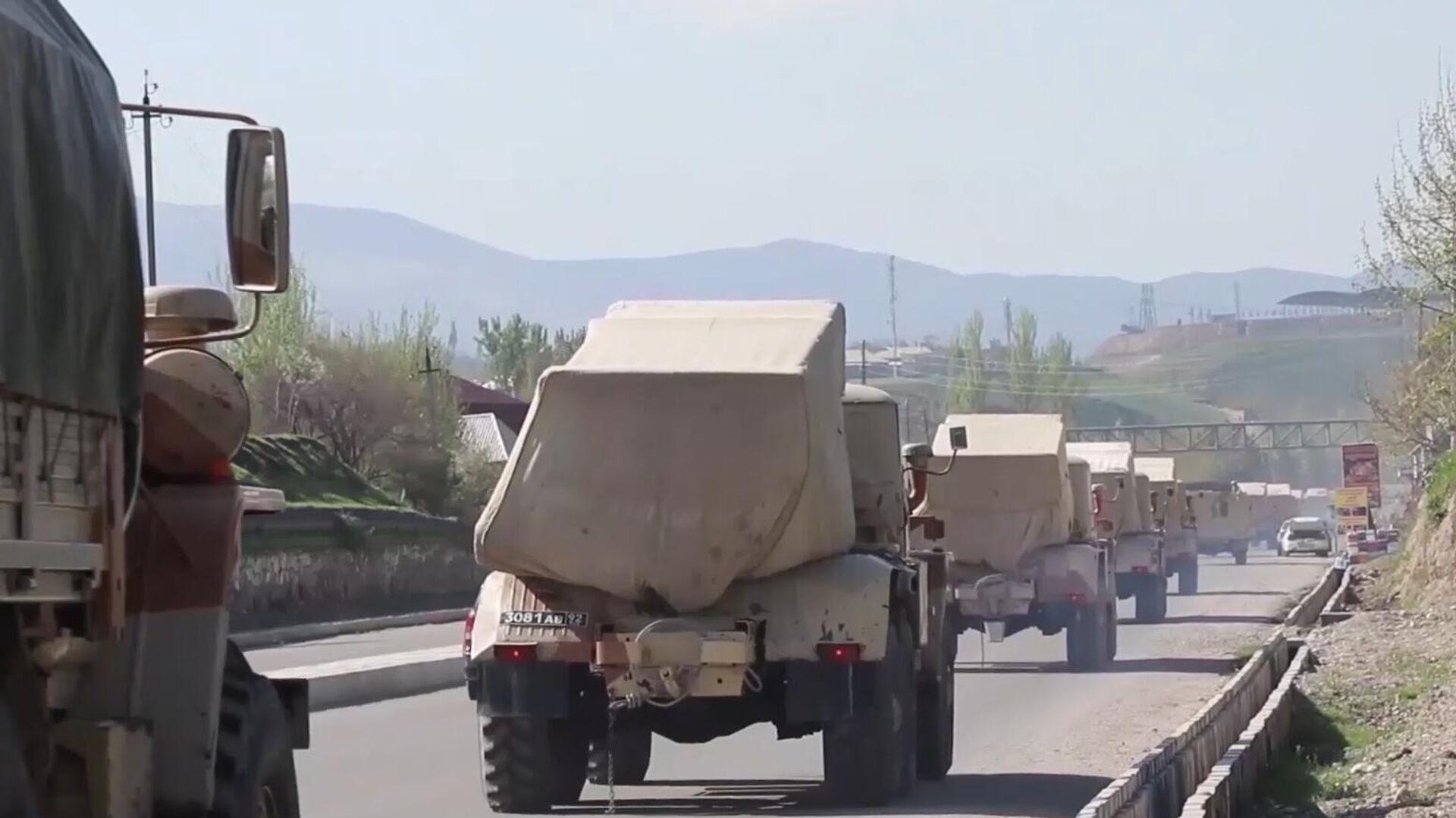 Vehículos militares rusos circulan por una carretera en Tayikistán, el 28 de julio de 2021 - Sputnik Mundo, 1920, 17.08.2021