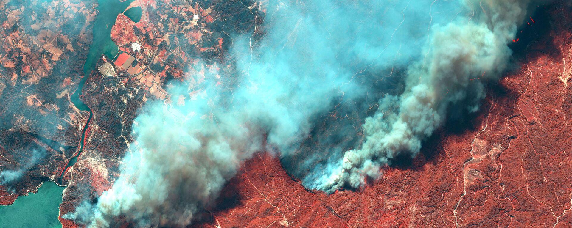 Снимок со спутника природных пожаров в Турции  - Sputnik Mundo, 1920, 02.08.2021