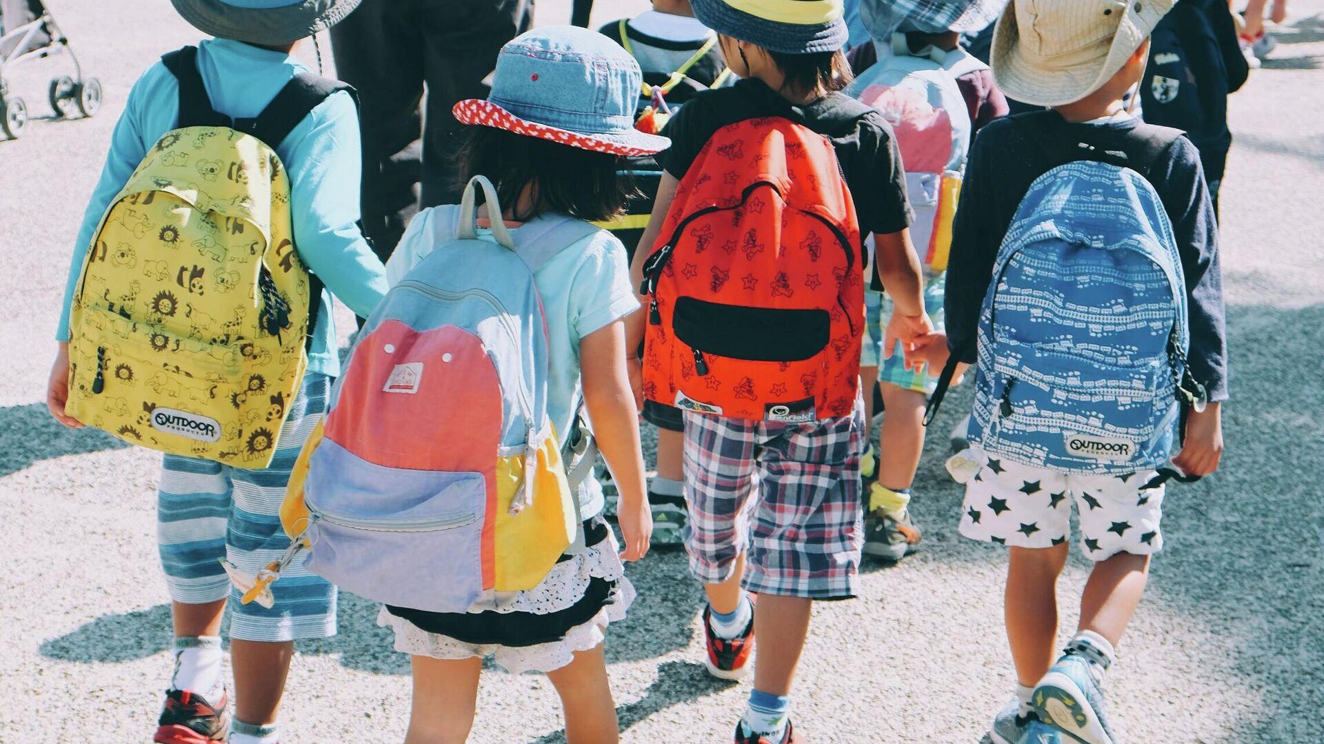 Los niños van a la escuela (imagen referencial) - Sputnik Mundo, 1920, 02.08.2021