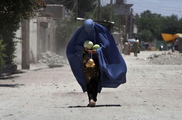 Una vecina de la ciudad afgana de Jalalabad porta sandías y mangos. - Sputnik Mundo