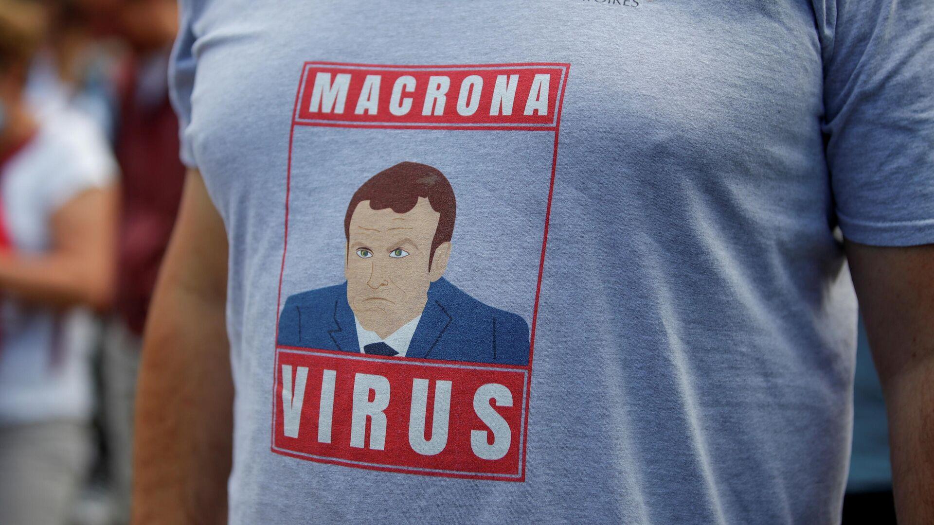 Un manifestante contra las medidas sanitarias de Emmanuel Macron en Francia - Sputnik Mundo, 1920, 03.08.2021