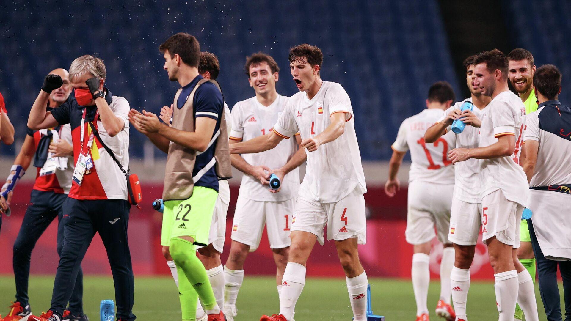 Pau Torres de España y sus compañeros celebran su victoria después del partido, Tokio, el 3 de agosto de 2021 - Sputnik Mundo, 1920, 03.08.2021