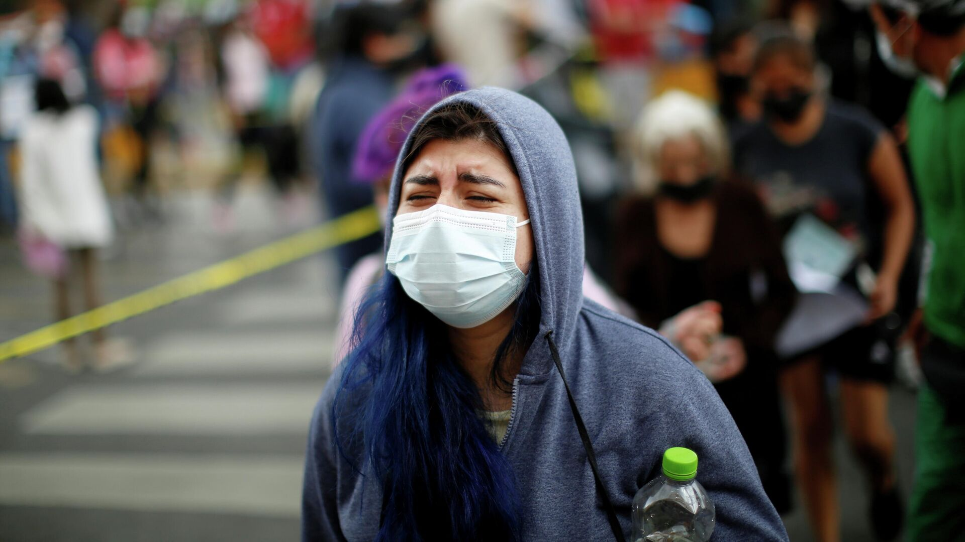 Una mujer reacciona mientras entra a una escuela para recibir una dosis de la vacuna Sputnik V, Ciudad de México, el 30 de julio de 2021  - Sputnik Mundo, 1920, 03.08.2021
