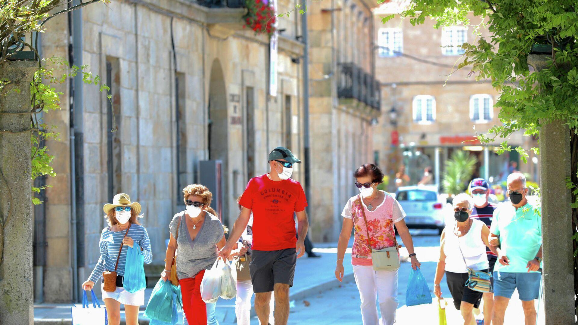 Un grupo de personas pasea por el recinto donde se suele celebrar la Festa do Albariño, a 28 de julio de 2021, en Cambados, Pontevedra, Galicia, (España) - Sputnik Mundo, 1920, 04.08.2021