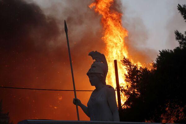 Una estatua de la diosa Atenea en Varympompi, al norte de la capital griega. - Sputnik Mundo