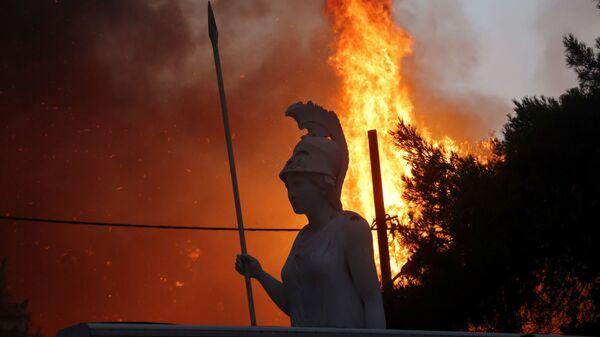 Статуя Афины на фоне природных пожаров в северном пригороде Афин  - Sputnik Mundo