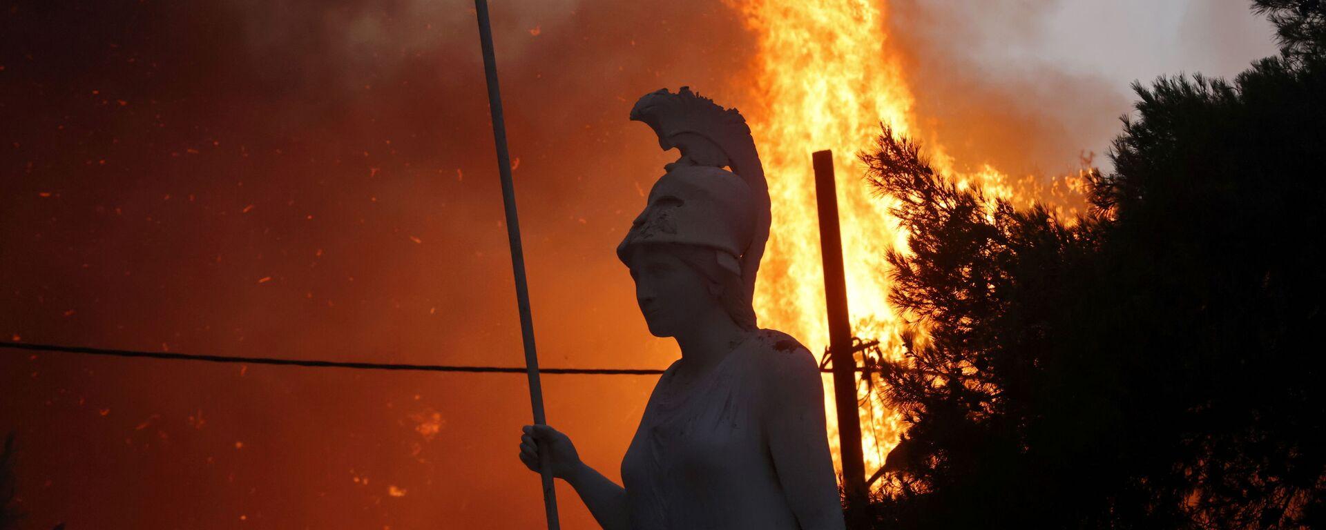 Статуя Афины на фоне природных пожаров в северном пригороде Афин  - Sputnik Mundo, 1920, 04.08.2021