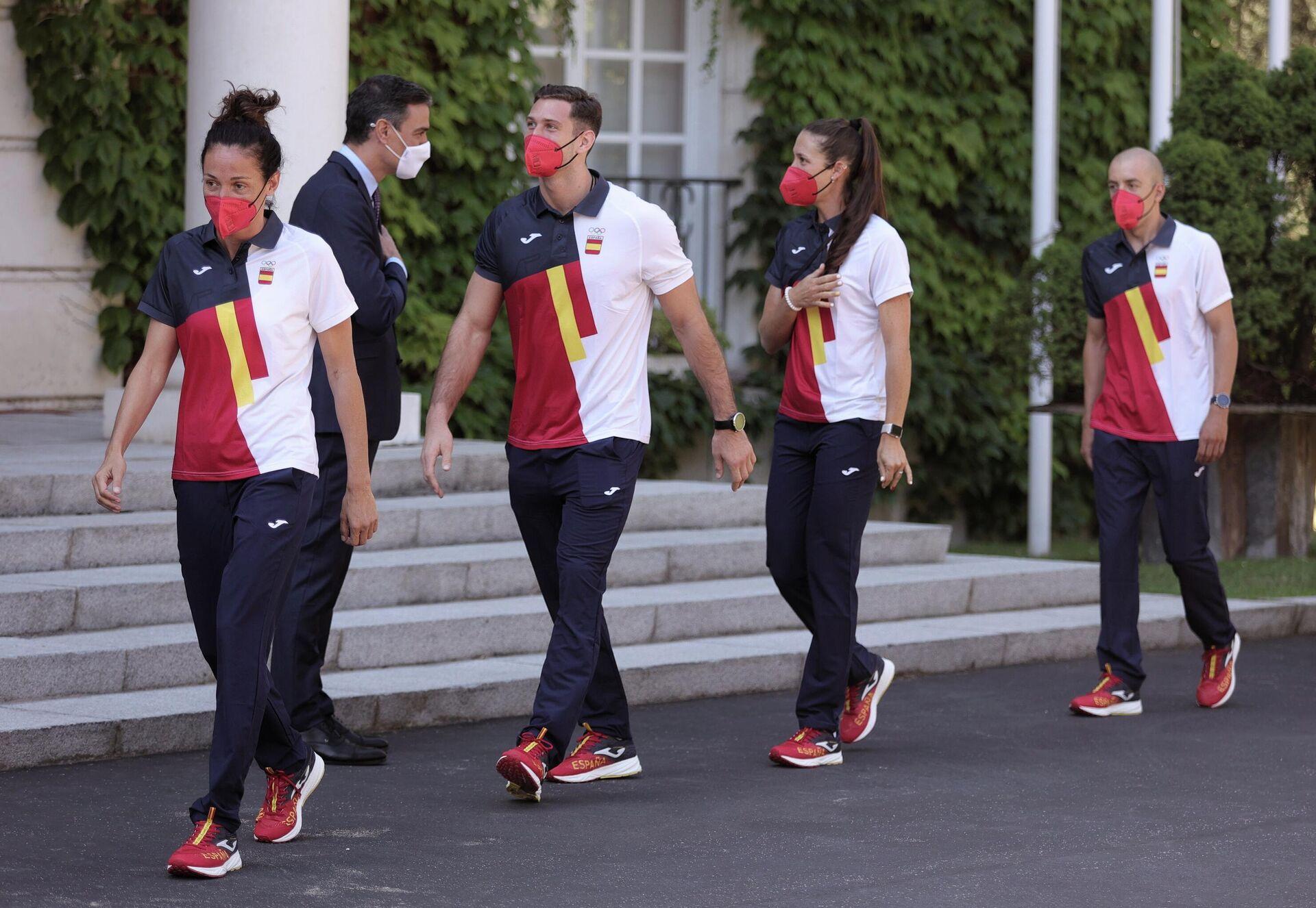El presidente del Gobierno, Pedro Sánchez, recibe al equipo olímpico español que participará en los Juegos Olímpicos de Tokio 2021, en los Jardines del Palacio de La Moncloa, a 16 de julio de 2021, en Madrid (España) - Sputnik Mundo, 1920, 04.08.2021