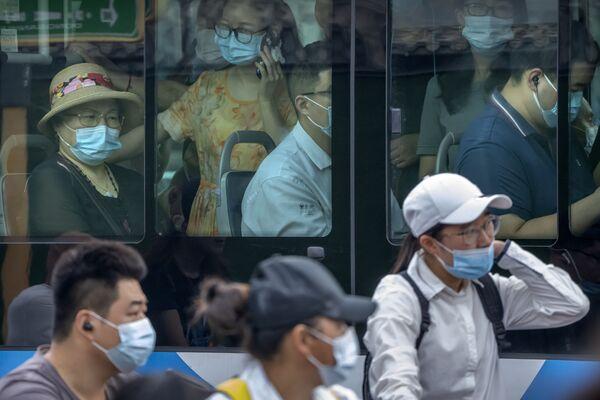 Las autoridades de Wuhan han decidido comenzar con carácter urgente un cribado masivo a toda la población. En la foto: los habitantes se protegen con mascarillas mientras viajan en un autobús en hora pico. - Sputnik Mundo