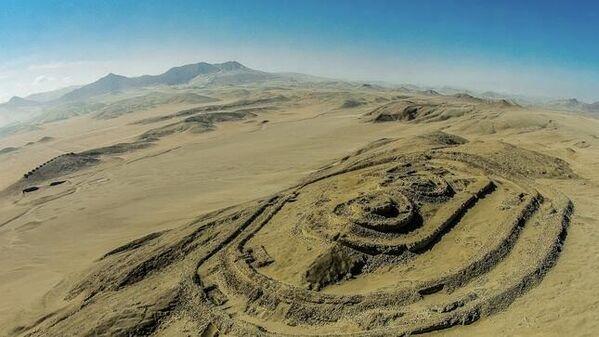 El Complejo Chankillo destinado a observaciones astronómicas más antiguo de América (de al menos 2200 años), está ubicado en la región de Ancash de Perú. - Sputnik Mundo