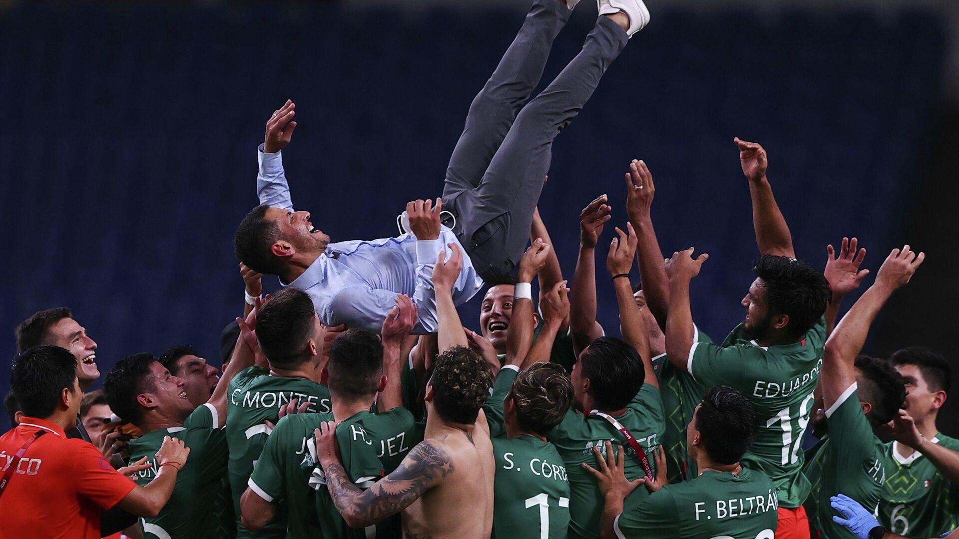 La selección mexicana de fútbol celebra su victoria sobre Japón en los Juegos Olímpicos de Tokio - Sputnik Mundo, 1920, 06.08.2021
