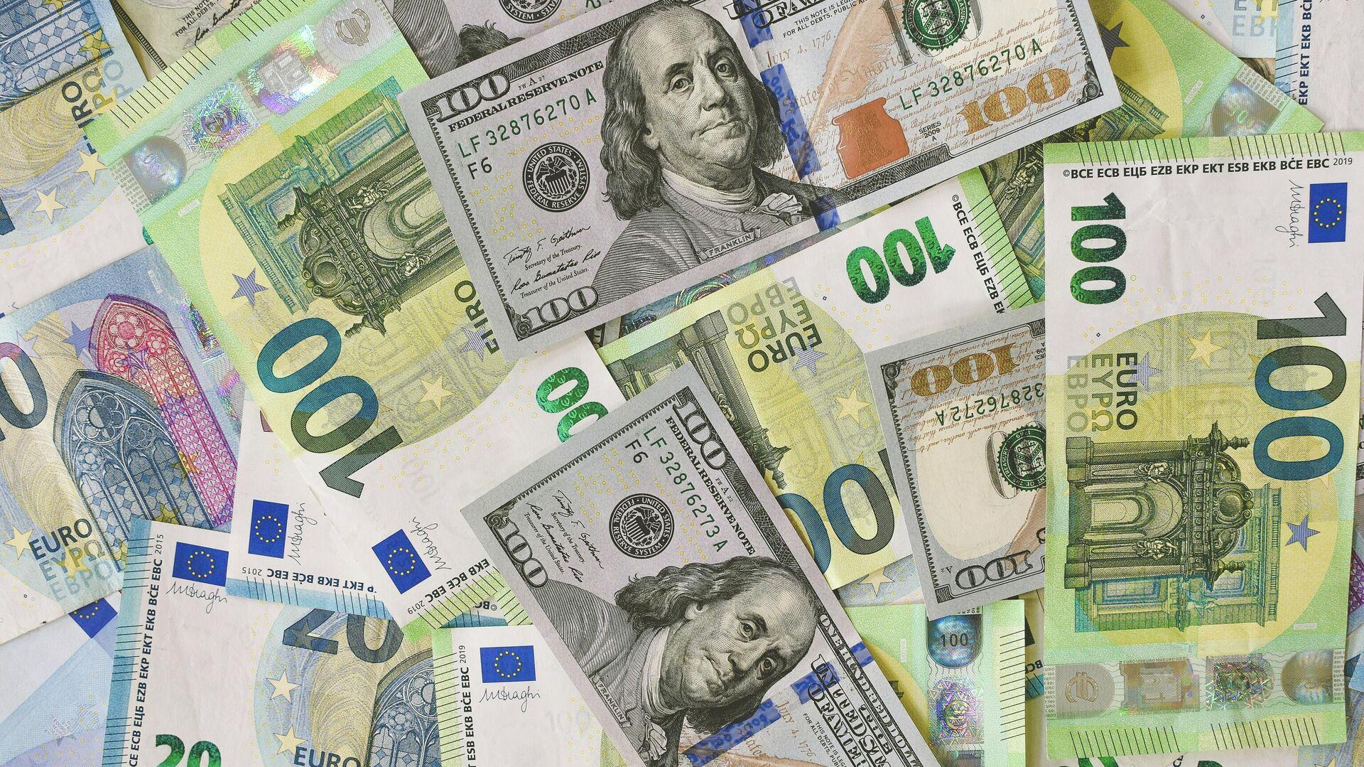 Billetes de dólares estadounidenses y euros - Sputnik Mundo, 1920, 06.08.2021