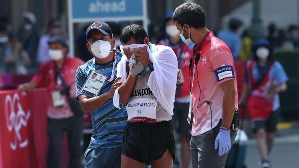 Claudio Villanueva demostró que llegar es muchas veces más importante que cruzar la meta en primer lugar. El atleta ecuatoriano terminó la prueba de la marcha atlética de 50 kilómetros en el último puesto. Sin embargo, su tenacidad se convirtió en ejemplo. Además del fallecimiento de su entrenador por COVID-19, el deportista sufrió una serie de lesiones, todo eso a pocos meses de los JJOO. Pese al pésimo tiempo marcado, los últimos minutos de la carrera de Villanueva encontraron los aplausos y el aliento de los voluntarios que se preparaban para dar por culminada la competencia. La transmisión oficial, lejos de centrarse exclusivamente en los ganadores, siguió de cerca los últimos kilómetros del ecuatoriano. - Sputnik Mundo