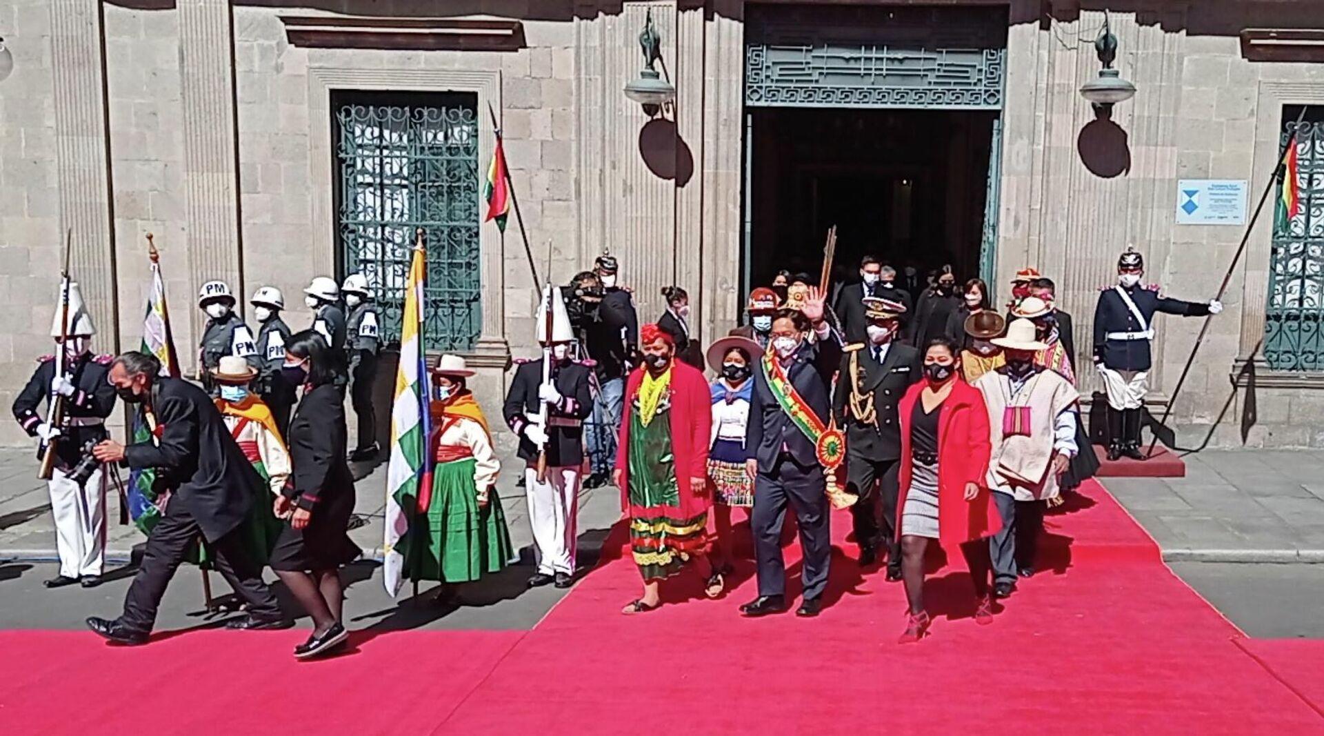 El presidente de Bolivia, Luis Arce, saliendo de la sede del Gobierno durante los actos por la independencia - Sputnik Mundo, 1920, 06.08.2021