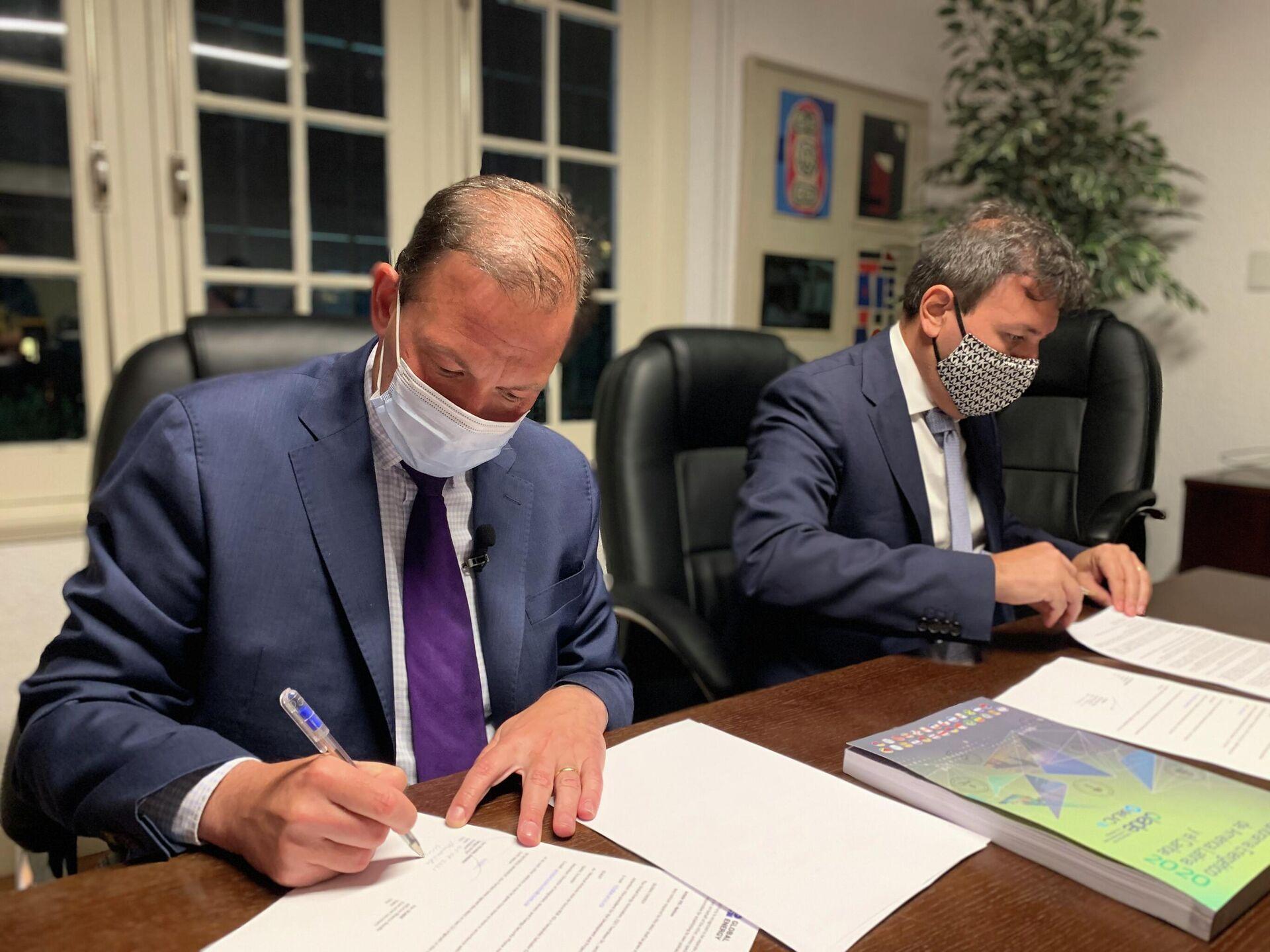 El secretario ejecutivo de OLADE, Alfonso Blanco Bonilla, y el presidente de Global Energy, Sergey Brilev, suscriben el convenio - Sputnik Mundo, 1920, 07.08.2021