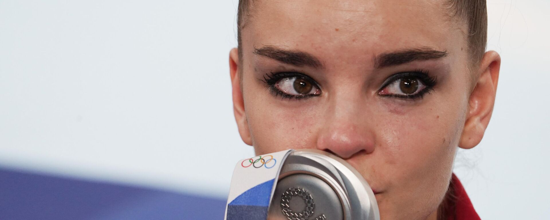 Dina Zaverina, gimnasta rusa, besa la medalla de plata que conquistó en los JJOO de Tokio - Sputnik Mundo, 1920, 07.08.2021