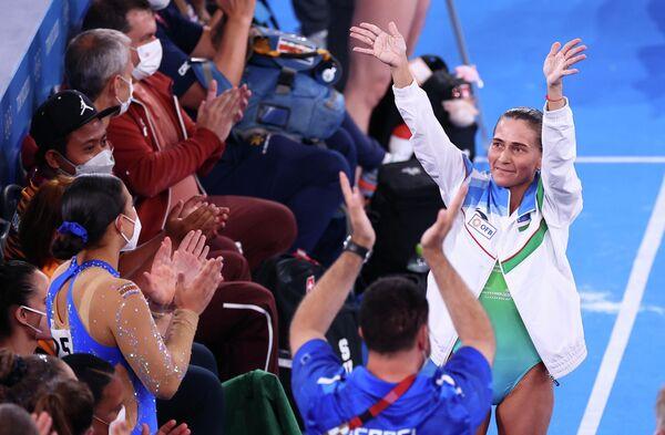 Los JJOO de Tokio se convirtieron en los octavos de la carrera de Oxana Chusovitina, gimnasta de Uzbekistán. Si bien terminó la competencia lejos de un lugar en el podio, la mujer de 46 años recibió una ovación de pie por su hazaña. - Sputnik Mundo