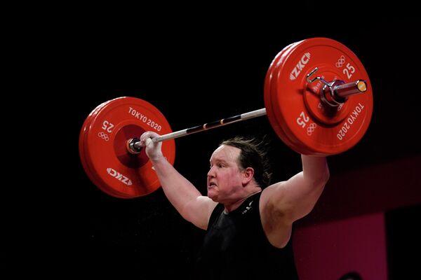 Laurel Hubbard, representante de Nueva Zelanda en los JJOO, se convirtió en la primera pesista transgénero en la historia de esas competiciones. Tras mucha controversia con relación a su participación, la atleta de 43 años completó su actuación en el torneo para atletas de más de 87 kilos sin lograr ningún levantamiento exitoso. - Sputnik Mundo