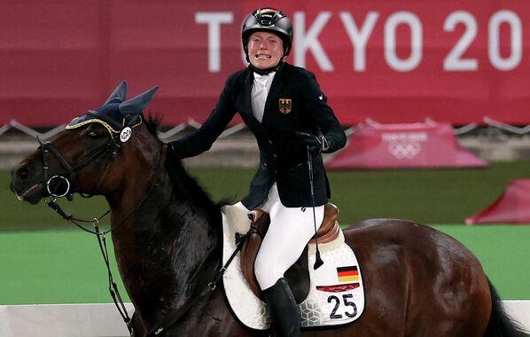 La pentatleta alemana Annika Schleu vivió su peor pesadilla en Tokio y rompió en llanto en medio de la prueba de hípica después de que su caballo, Saint Boy, se negara a saltar. Los atletas del pentatlón no traen consigo sus caballos, sino que se les asignan animales para competir poco antes de las pruebas. Schleu, quien se encontraba en primer lugar, pasó al 31 puesto tras la desastrosa actuación y perdió todas las oportunidades de hacerse con una medalla. Poco después de la prueba, su entrenadora Kim Raisner fue descalificada de los JJOO por golpear al caballo y animar a Schleu a que también lo hiciera. - Sputnik Mundo
