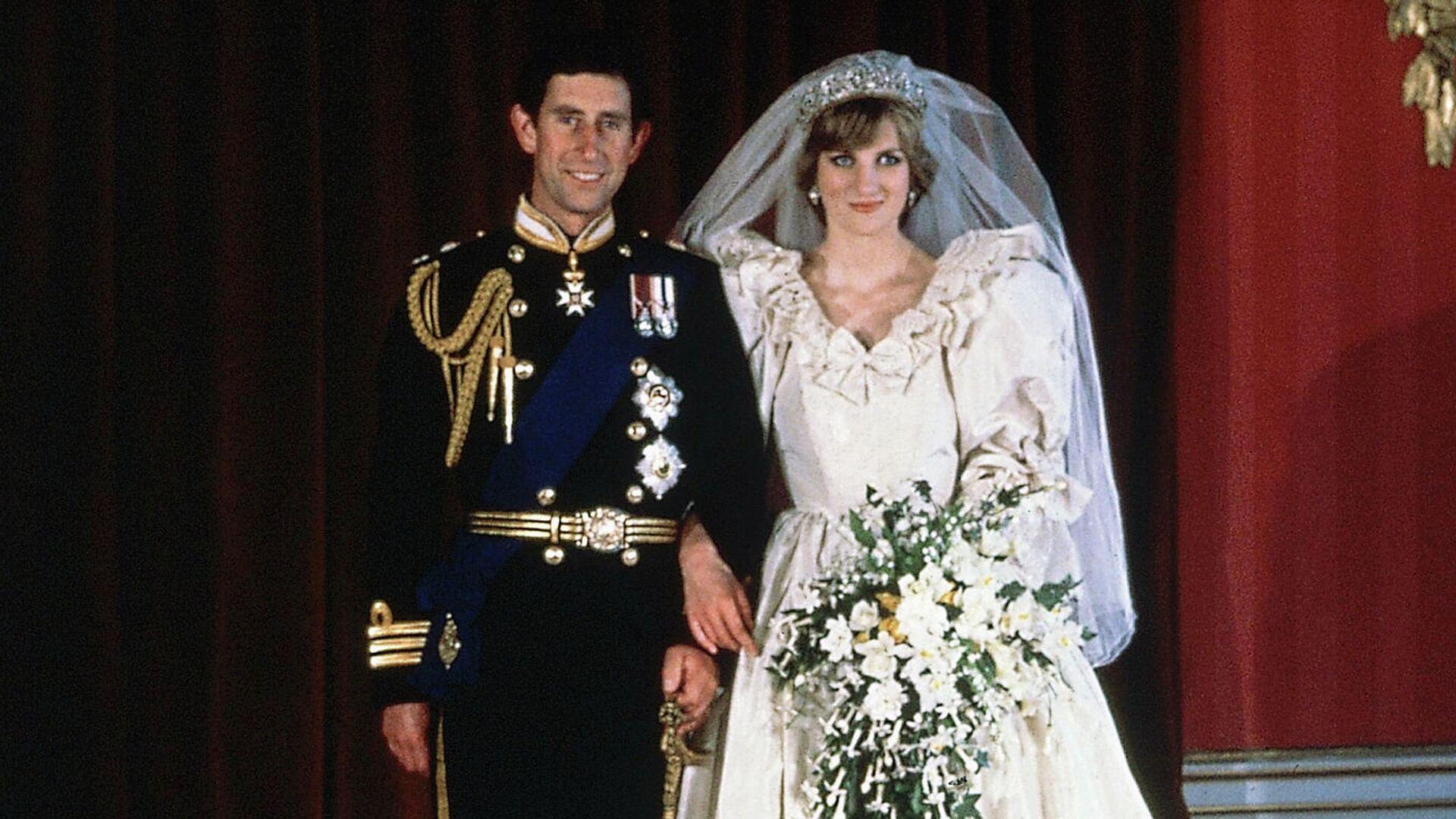 El príncipe Carlos y la princesa Diana el día de su boda - Sputnik Mundo, 1920, 08.08.2021
